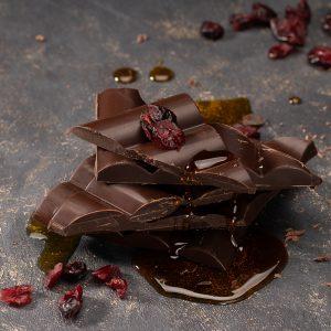 tummasuklaalevy terva karpalo käsintety suklaalevy oulu chocosomnia