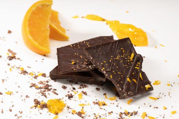 Tummasuklaa appelsiinikrokantti käsintehty suklaa oulu chocosomnia