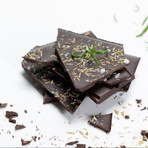 Tummasuklaa rosmariini suklaalevy käsintehty suklaa oulu chocosomnia
